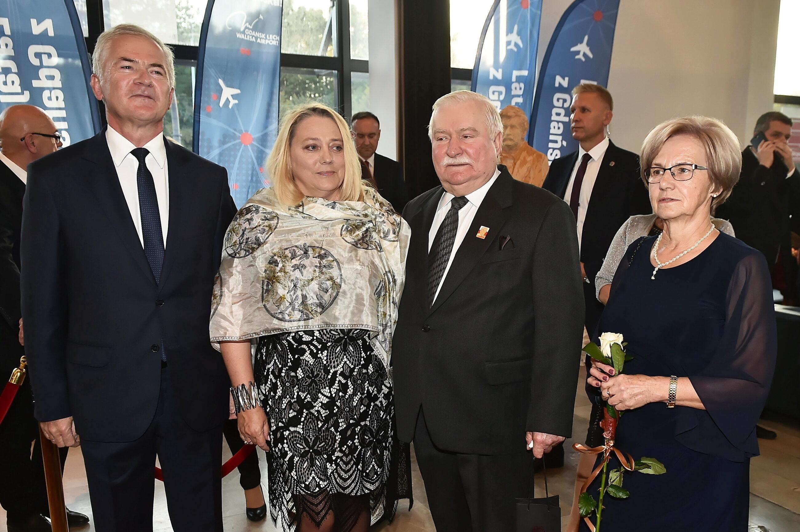 Lech Wałęsa (2P) z żoną Danutą (P) i senator Sławomir Rybicki (L) z żoną Małgorzatą (2L)