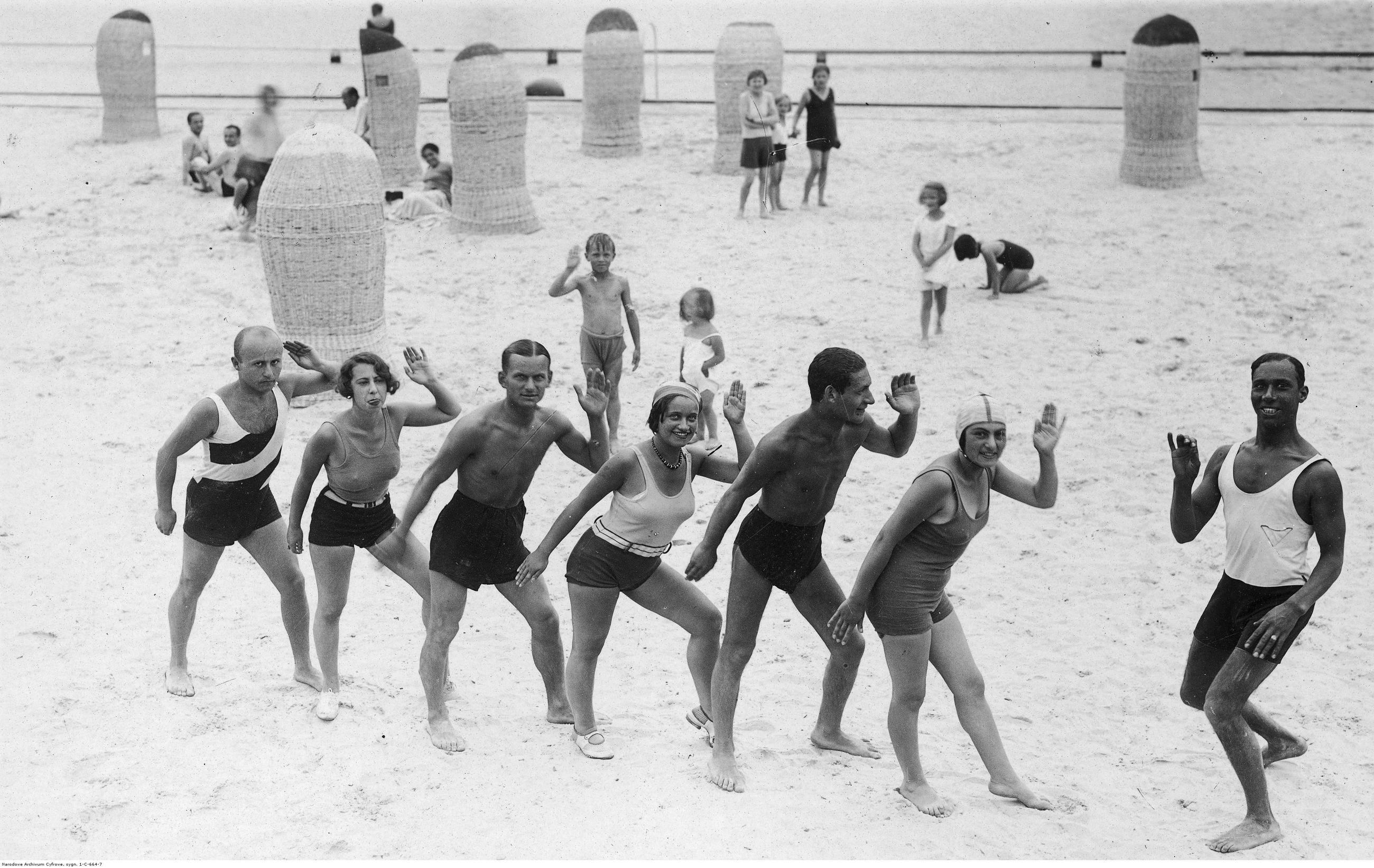 Kąpielisko siarczano-solankowe Truskawiec-Pomiarki, 1930 r. Kuracjusze podczas lekcji tańca na plaży w Truskawcu na Kresach.