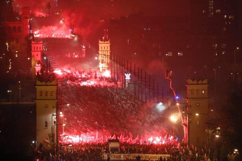 11.11.|| W całym kraju zorganizowano uroczystości upamiętniające stulecie odzyskania niepodległości przez Polskę. Rekordową frekwencją cieszył się warszawski Marsz Niepodległości, który bezskutecznie starała się zablokować Hanna Gronkiewicz-Waltz.