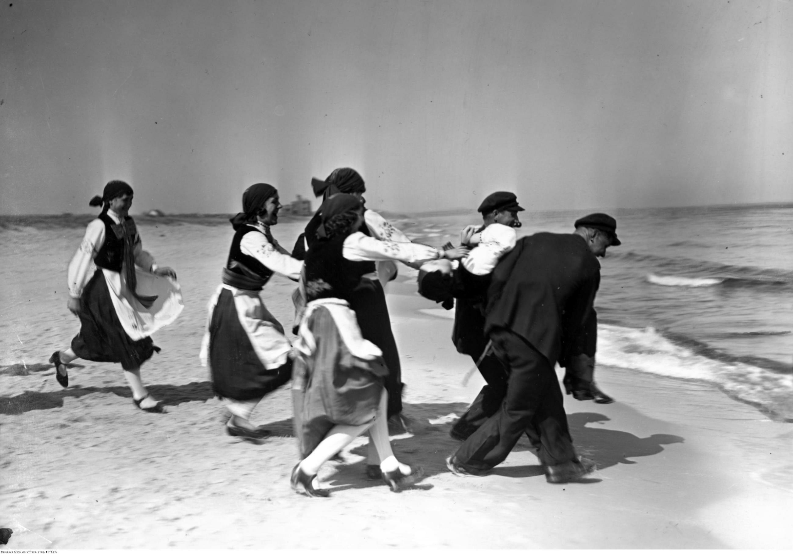 Wielka Wieś Hallerowo Kaszubi podczas zabawy nad Bałtykiem, rok 1935 lub 1936.