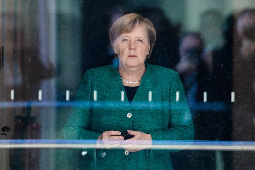 29. 10. || Angela Merkel ogłosiła, że po 18 latach przewodzenia CDU rezygnuje z kierowania partią oraz zapewniła, że nie będzie się ponownie ubiegać o stanowisko  kanclerza, którym była przez ostatnie 13 lat.
