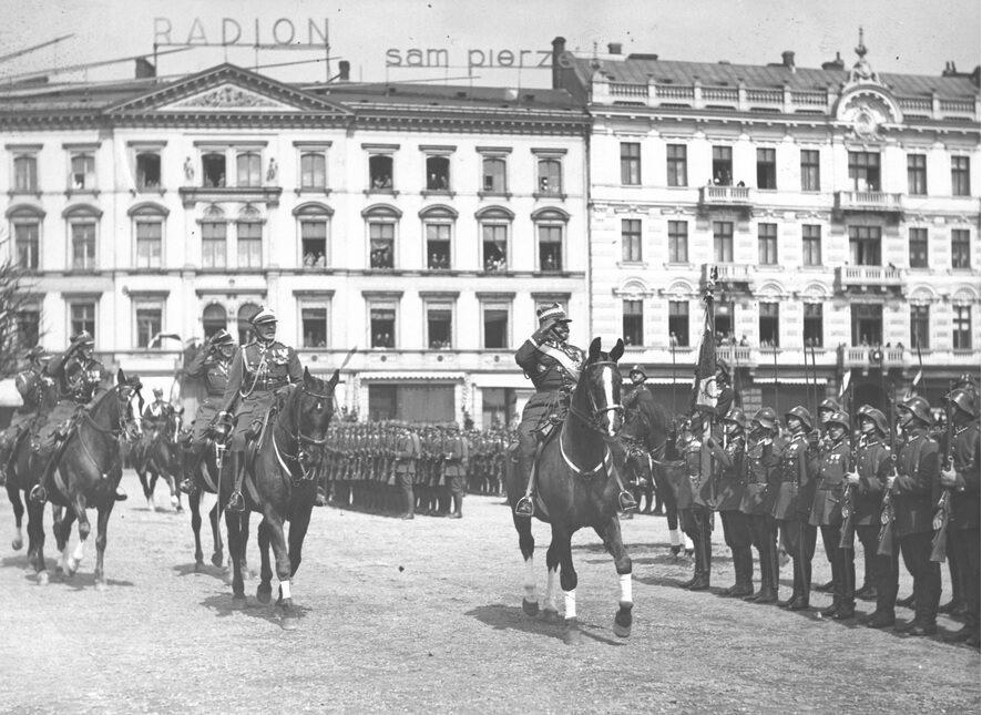 Wiceminister spraw wojskowych gen. Daniel Konarzewski dokonuje przeglądu oddziałów przed defiladą. Warszawa, 1929 r.