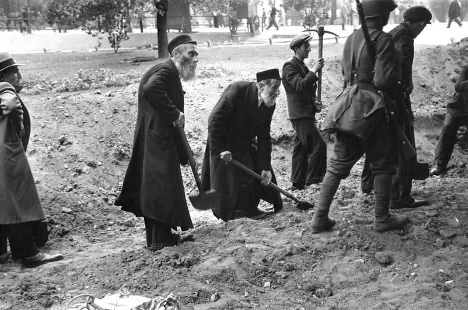 Budowa umocnień Cywile pracujący przy budowie umocnień polowych w oblężonej Warszawie. Fotografia Juliena Bryana.