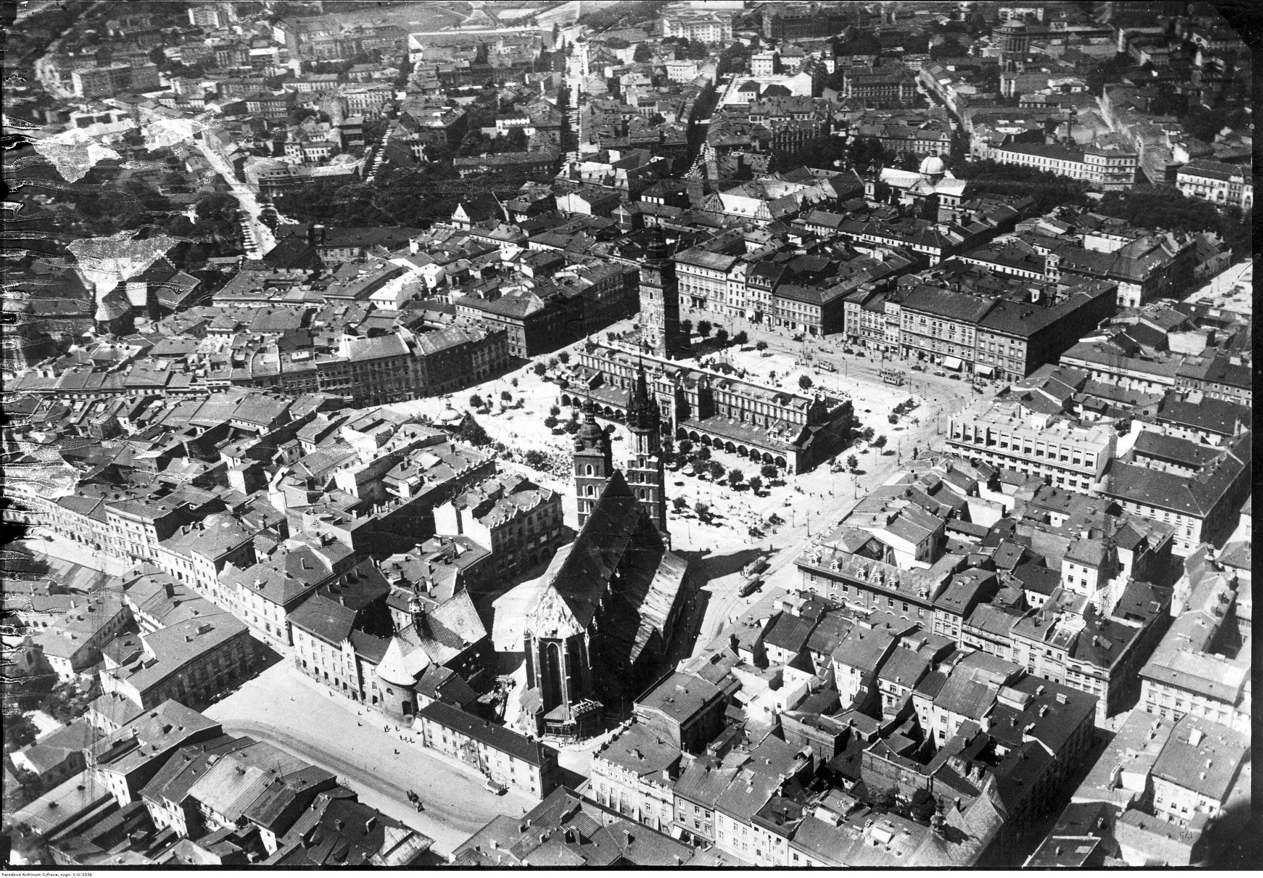 Kraków Pierwszą piątkę największych miast II RP zamyka Kraków. W 1939 r. dawna stolica Polski była mniejsza od Poznania i Lwowa. W 2017 r. to drugie co do wielkości polskie miasto. Liczba ludności w 1939 r.: 259 tys., obecnie: 765 tys. Na zdjęciu: panorama miasta w październiku 1934 r.
