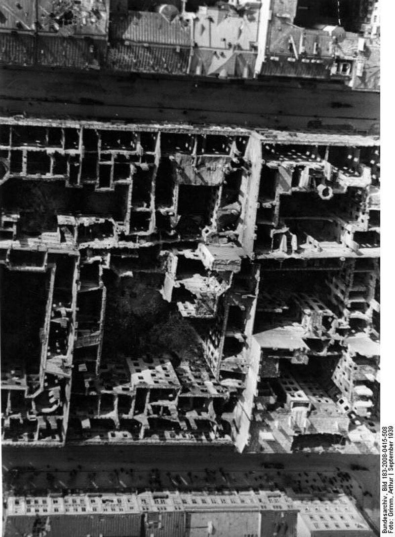 Budynki zniszczone w nalotach Skutek niemieckich bombardowań Warszawy, fotografia z końca września 1939 r.